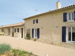 Stunning home in Bouille Courdault w/ 3 Bedrooms