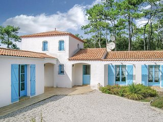 Awesome home in La Tranche sur Mer w/ 3 Bedrooms