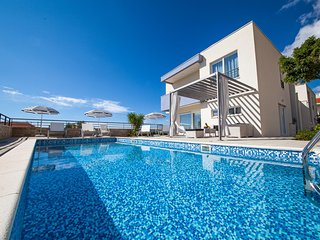 Luxury Villa Red Silk with Heated Pool