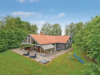 Stunning home in Hadsund w/ Sauna, WiFi and 3 Bedrooms