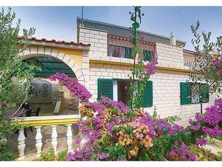 Beautiful home in Okrug Gornji w/ WiFi and 3 Bedrooms