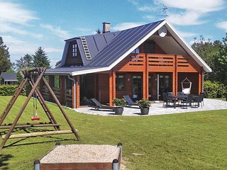 Amazing home in Glesborg w/ Sauna, WiFi and 5 Bedrooms