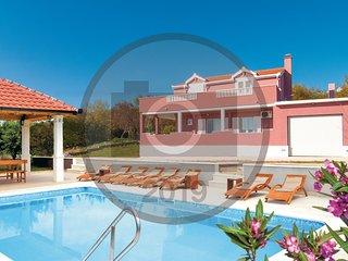 Stunning home in Dugopolje w/ WiFi, 4 Bedrooms and Outdoor swimming pool