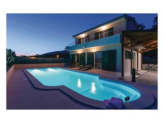 Stunning home in Dicmo w/ WiFi and 3 Bedrooms