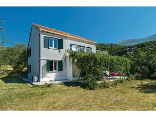 Beautiful home in Slano w/ WiFi and 5 Bedrooms