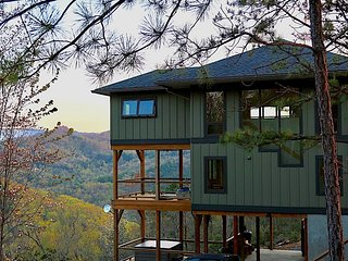 New Cabin! STUNNING VIEWS-Sparkling Hot Tub-Lake Access-Biking, Hiking-NOC-WIFI