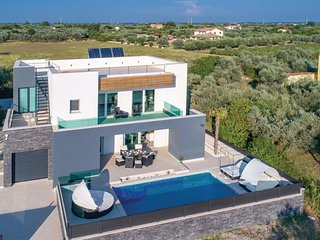 Awesome home in Fazana w/ WiFi and 5 Bedrooms