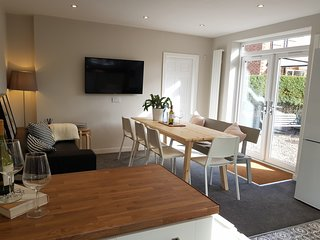 NEW Bright Spacious 6 Bedroom house Sleep 11, 5min to Manchester airport