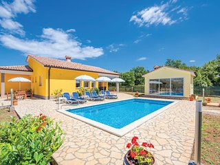 Beautiful home in Strmac w/ WiFi and 3 Bedrooms