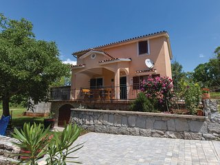 Beautiful home in Jurazini w/ Jacuzzi, 3 Bedrooms and WiFi (CIK966)