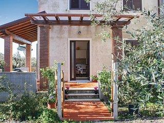 Stunning home in Querceta-Pozzi -LU- w/ 2 Bedrooms
