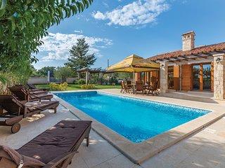 Amazing home in Divsici w/ 3 Bedrooms