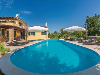 Beautiful home in Rezanci w/ Jacuzzi, WiFi and 4 Bedrooms (CIL071)