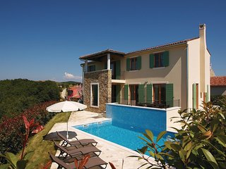 Nice home in Baredine w/ WiFi and 4 Bedrooms