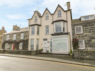 HARLECH VIEW, sea views, well-appointed, close to the beach. Property ref