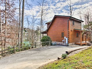 Luxe Gatlinburg Cabin w/Game Room & Smoky Mtn View