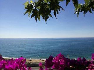 Casa con piscinas,wifi, parking privado, a 5m. de la playa caminando.