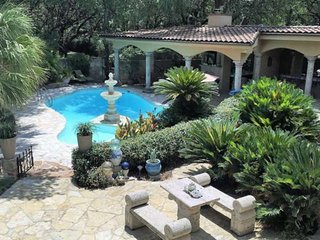 Spoil Yourself! Pool, Hot-tub, Outdoor Kitchen, Stunning Backyard, Atrium. Your