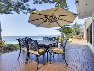'Whispering Sands', 10 Sandy Point Road - Luxury waterfront home with aircon, WI