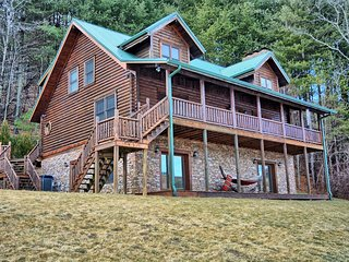 Water's Edge Retreat-Awesome 5 BR Cabin w/Pool Table, Theater Room, AC & Pond fo