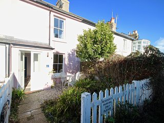 Pretty coastal fisherman's cottage less than a minute walk from Kingsdown Beach.