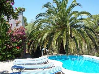 Villa con piscina y aire acondicionado