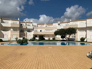 Large 2 bedroom holiday apartment with pool - Sleeps 6 - Perfect location - LOOK