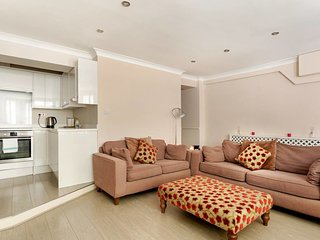 Sophisticated 2 Bed apt w/Patio in Little Venice