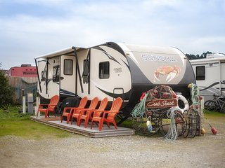 New travel trailer/ furnished deck, In Noyo Harbor with a private dock with full