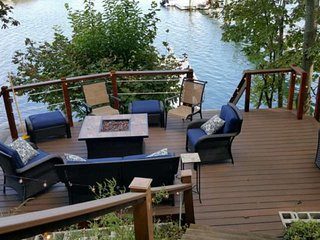 Riverside Retreat: private waterfront & dock, great family get-away, walk to tra