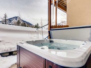 Private Hot Tub, Mt. Royal Views, Spacious Private Patio, Classic Mountain Style