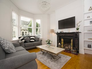 Stunning Townhouse A Short Walk From City Centre FREE parking & Log Burner