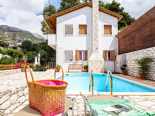 PRIVATE VILLA WITH POOL AND WALKING DISTANCE TO LOCAL TAVERNS
