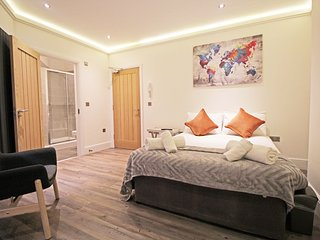 Flat 4, Grosvenor Studios close to race course, cathedral 5 min to center