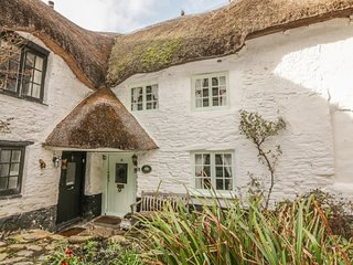SWEET TUMBLEDOWN, thatched cosy characterful cottage, courtyard garden
