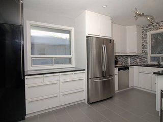 Quiet& Modern 4 Bedroom 15 Minutes from Downtown