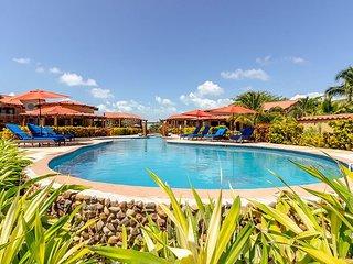 Luxurious Seascape Villa 5. Daily Housekeeping, 300' Beach, Pool, Tennis...