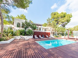 Stunning boutique 5 bedroom villa located less than 200m from the beach