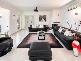 Estombar Villa Sleeps 10 with Pool and Air Con - 5776292