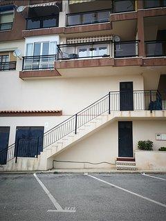 Escalera de acceso a los apartamentos. El apartamento es el que se ve en la Primera planta.
