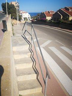 Pequeña escalera que está a 20 mtrs de la urbanización para acceder a las calles para ir a la playa