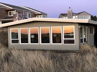SEA PRINCESS~Cozy and quaint oceanfront, pet friendly,  beach house.