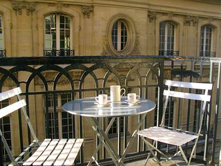 IN A FORMER LUXURY HOTEL - Central - Louvre Madeleine area - Air Conditioning