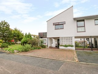 BOATHOUSE, roof terrace with beautiful views, WiFi, secure storage, Deganwy