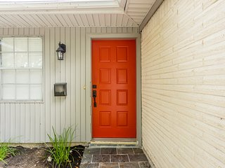 The Red Door Sunflower - Updated Home in Houston Sleeps 8