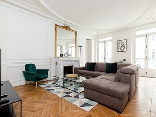 009. HEART OF THE  LEFT BANK IN ST.  GERMAIN BY ST. SULPICE - BEAUTIFUL 3BR FLAT