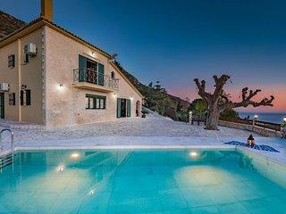 Villa Kanalos 4-bedroom Holiday House