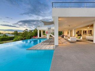 GRAND PALMS...Modern 3 BR villa w/ full AC, steps from Plum Baie Beach!