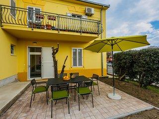 Cozy apartment Koriol with a small garden