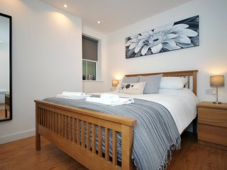 Richards Terrace Great for couples, corporates, solo travelers, close to Roath